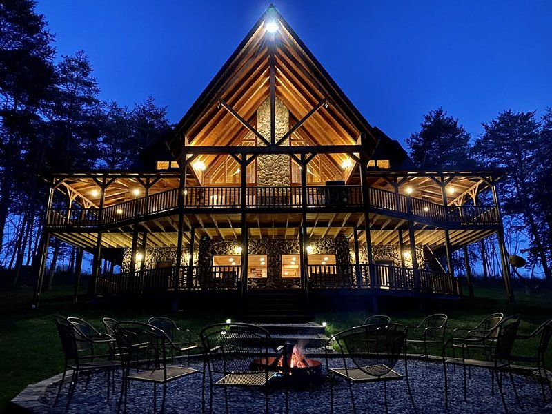 River Rock Lodge,12 private acres, Stocked Pond, Hot Tub, Game Room, Fire Ring, holiday rental in Logan