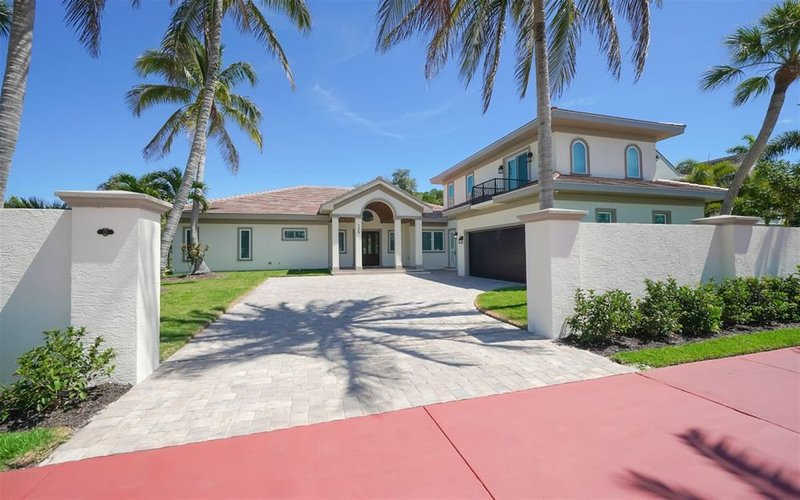 Gorgeous newly remodeled pool home on St. Armand's Circle for 10, holiday rental in Lido Key