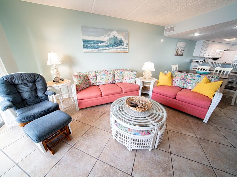 Island Vibe, BEACHFRONT condo, Sleeps up to 6 w/ Community Pool, location de vacances à Eastpoint