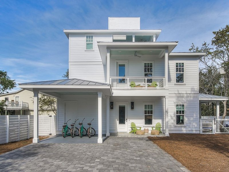 Gorgeous Custom New home south of 30A. with Private Heated Pool/ SLEEPS 12, casa vacanza a Blue Mountain Beach