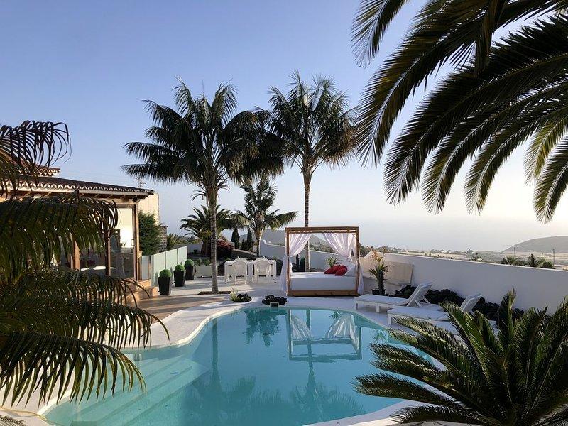 Villa de tres dormitorios y dos baños con tres salones independientes., holiday rental in Los Llanos de Aridane