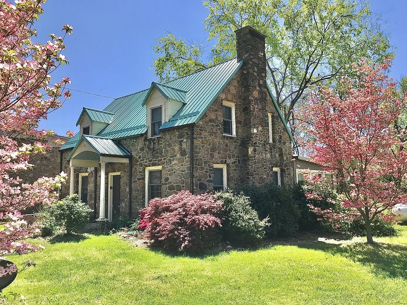 River front home, walkable to Hot Springs Spa & downtown - Red Bridge Cottage, holiday rental in Hot Springs