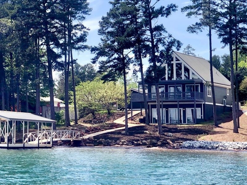Brand new! 4 BR Lakefront Home. Private Dock, Big water views! 15min to Clemson, location de vacances à Clemson
