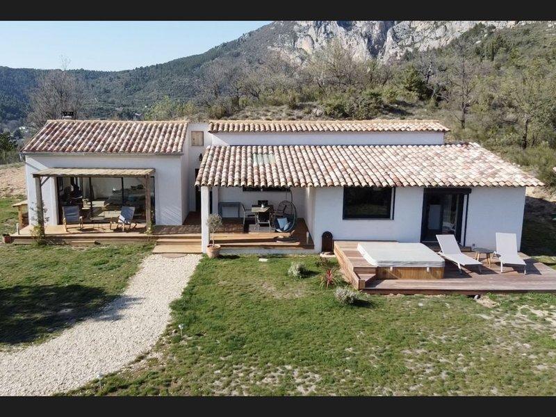 jolie maison avec vue sur le lac de sainte croix (jacuzzi privatif), vacation rental in La Palud sur Verdon
