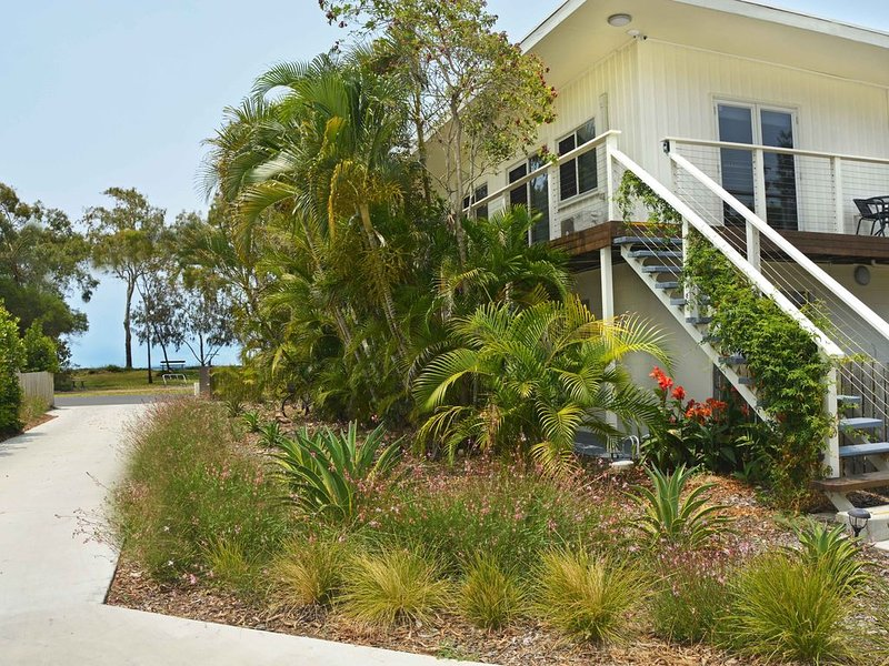 Sea Breeze & Water Views among the palm tree canopy -Apt 4., holiday rental in Urangan
