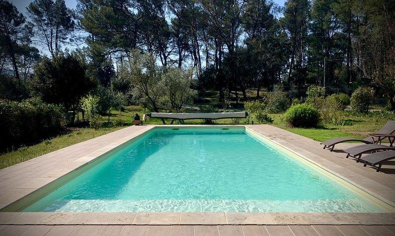 Gîte provençal au calme et dans la nature. Piscine partagée .Idéal pour famille., vacation rental in Peynier