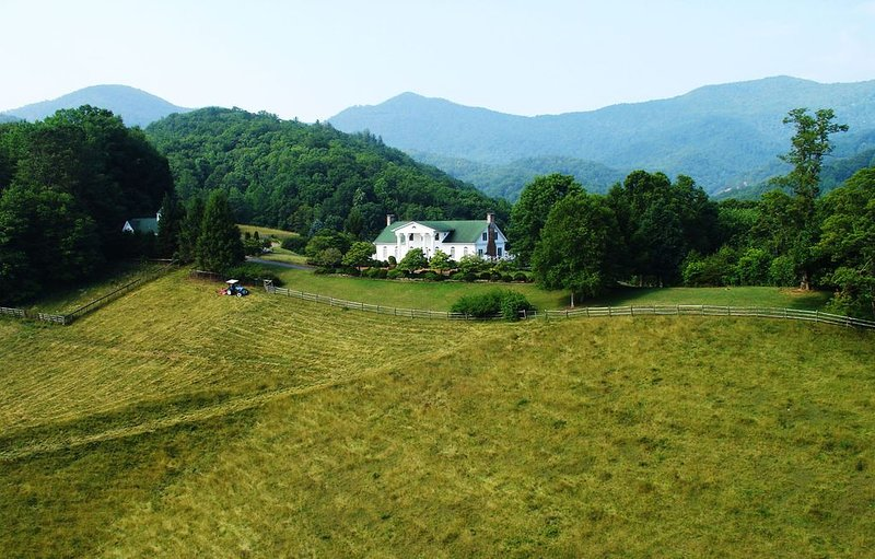 Asheville Scenic Mountain View Farm House/Private Infinity Pool/Tennis & More, Ferienwohnung in Leicester