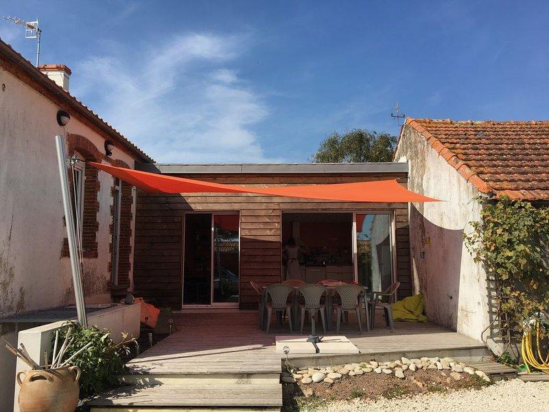 Maison entièrement rénovée sur grande cour fermée proche mer., vacation rental in Longeville-sur-mer