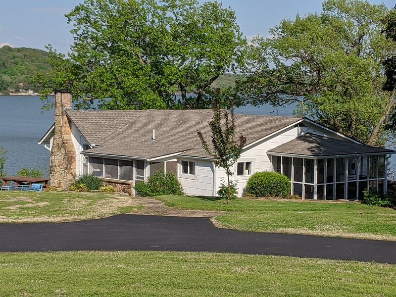 Red Fox Run's Riverbluff Cabin with Lake Views and Private Enclosed Boat Dock!, holiday rental in Fairland