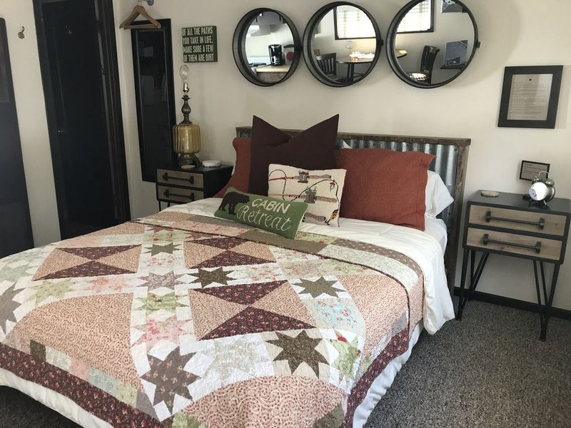 Cozy Studio Kitchenette w/ Queen bed  on the Gallatin River, aluguéis de temporada em Gallatin Gateway