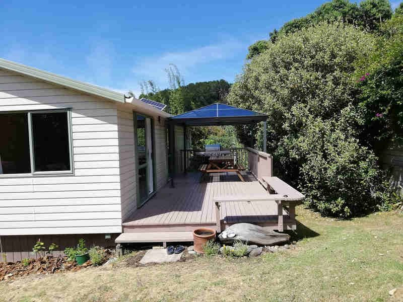 3 bedroom house on flat section easy walk to Medlands Beach, holiday rental in Whangaparapara