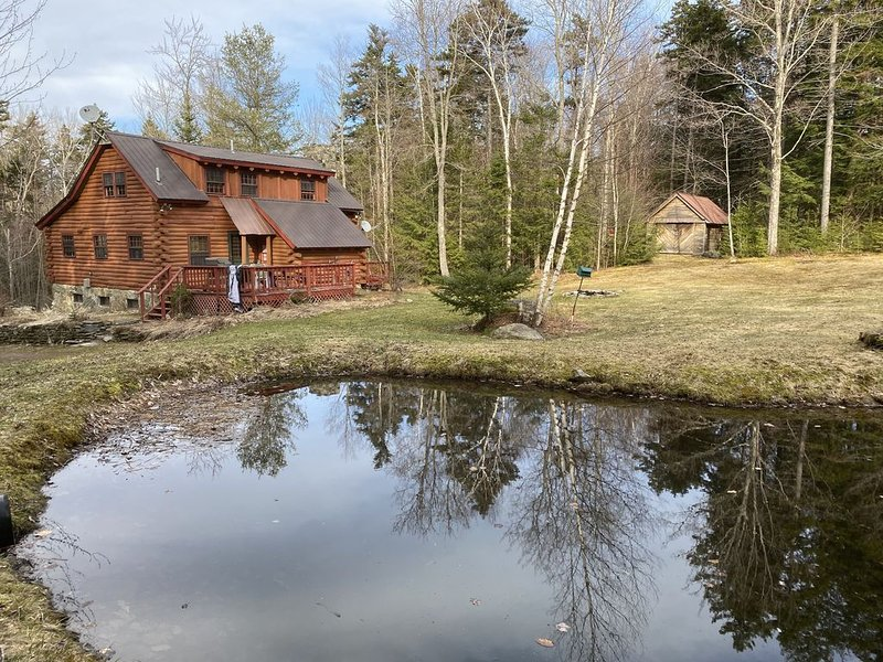 Welcome to Fireside: A pet-friendly log cabin near Mt. Snow & Stratton Mtn., location de vacances à Wardsboro