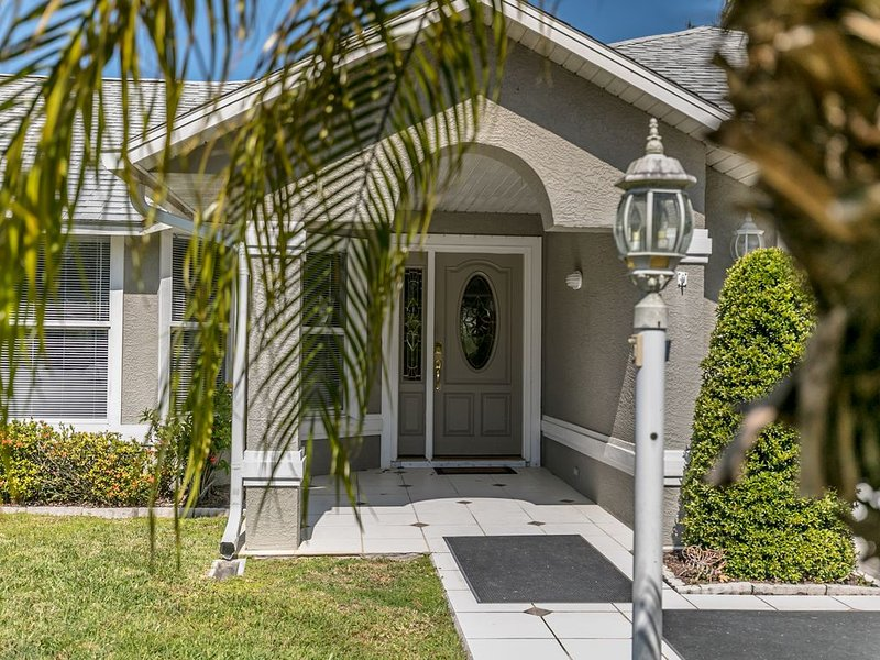 Pet friendly fenced yard. Heated Pool! Paradise only minutes from the Ocean!, vacation rental in Sebastian