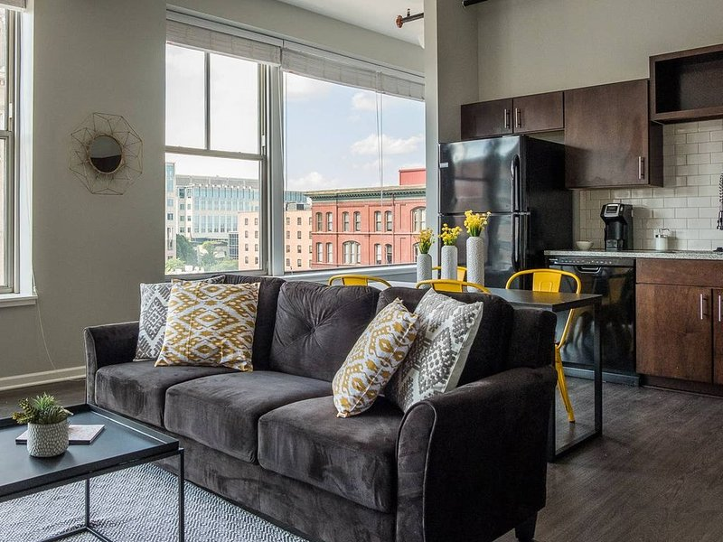 Airy + Adorable 2BR Apt in the Heart of the City, location de vacances à Kansas City
