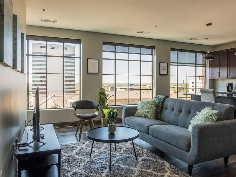 Central Apt w/ Gym + Balcony | Near Capitol Square, vacation rental in Columbus