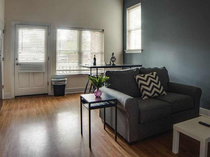 HIP 1BR APT IN TRENDY NODA NEIGHBORHOOD, aluguéis de temporada em Newell