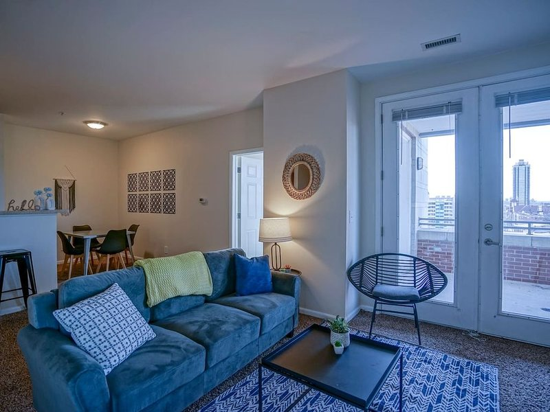 Comfortable 2BR Apt in Downtown w/ Balcony, holiday rental in Indianapolis