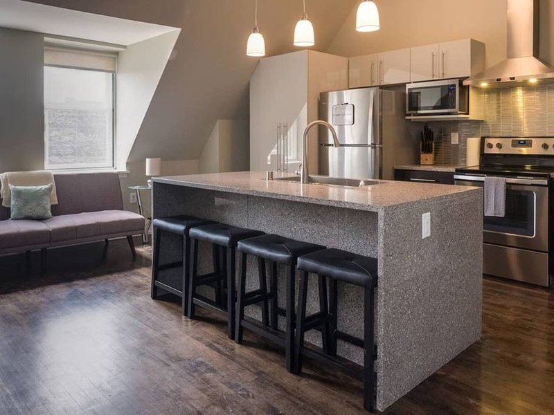 Penthouse Apt In Heart Of Downtown w/ Free Parking, location de vacances à Wauwatosa