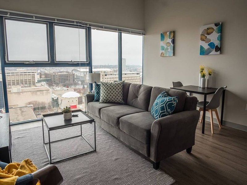 Open + Airy 1BR Apt in Downtown, location de vacances à Wauwatosa