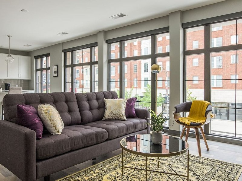 Beautiful + Central Loft w/ Lots of Natural Light, vacation rental in Columbus