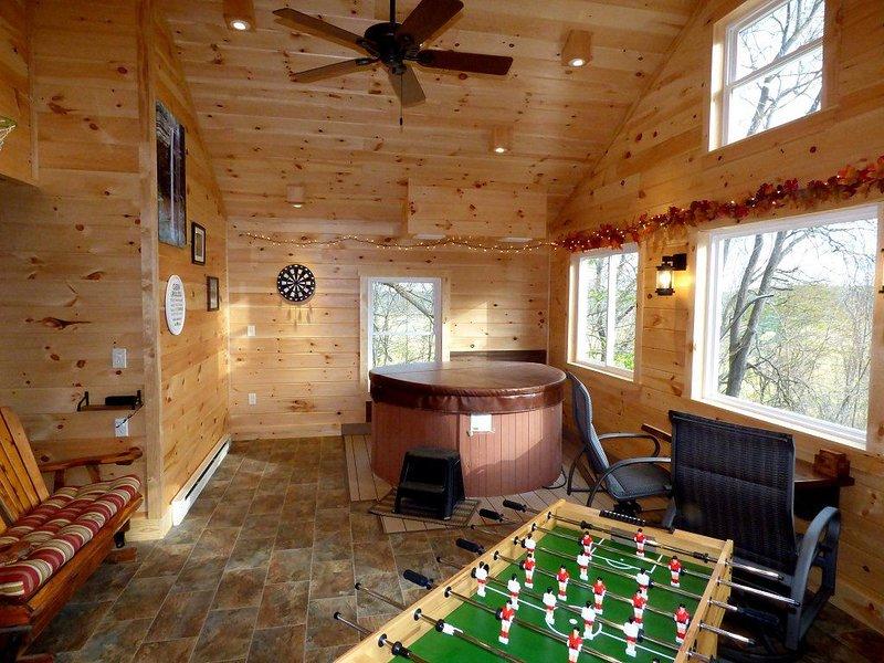 Sweet Heart Romantic Log Cabin in Hocking Hills w/Indoor Hot Tub & Game Room, location de vacances à Laurelville