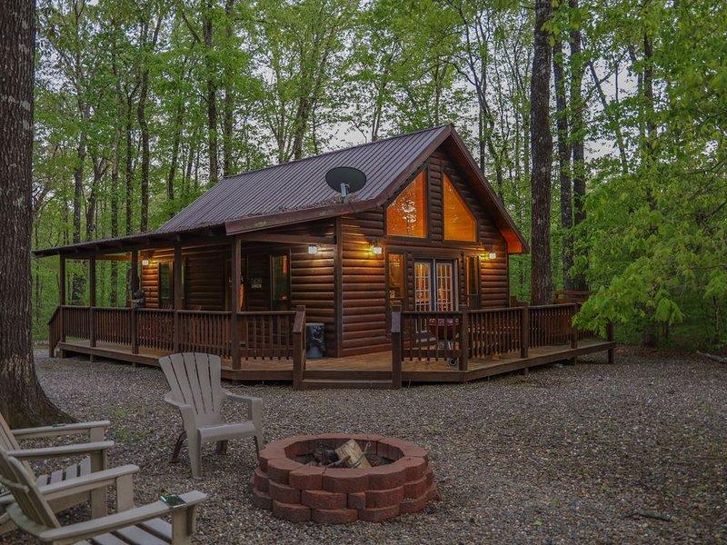 Oakridge Honeymoon Cabin. King Bed, with Double Jacuzzi, Wifi, & Fireplace, location de vacances à Pickens