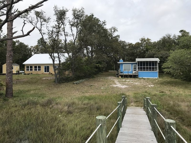 Redfish Cottage on Alligator Harbor (Dock & 2 Kayaks) from $820 wk/$125 night, alquiler vacacional en Panacea