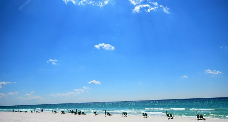 Destin West 303 Gulfside ~Beautiful Property-Walk to the Beach!! Book Now!, holiday rental in Fort Walton Beach
