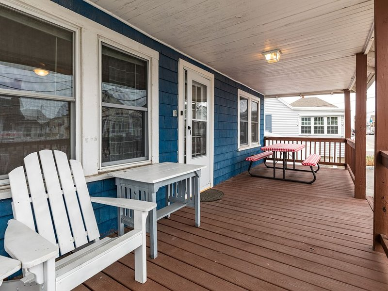 3BR Cottage in ❤️of HB | ⭐Steps to Beach PLUS Porch, Parking & Grill! ⭐, holiday rental in Hampton