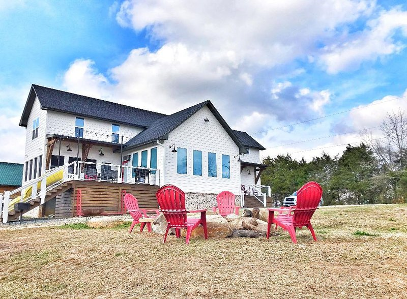 The FARMHOUSE is the most fun on the Caddo River & it has beautiful river access, location de vacances à Norman