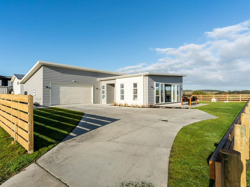 Endless Summer - Modern, spacious, sunny home in quiet cul-de-sac with lovely ru, holiday rental in Kaiwaka