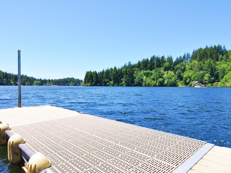 Whispering Pines on Mercer Lake with Private Dock!, alquiler de vacaciones en Florence