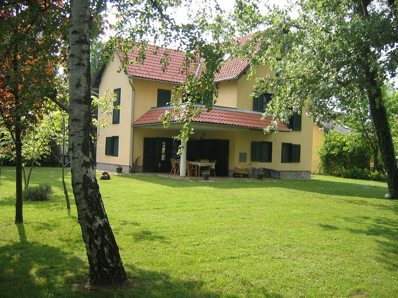 Luxe vakantievilla aan het Balatonmeer, holiday rental in Balatonszemes