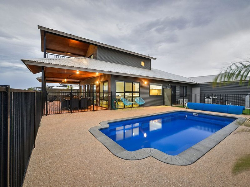 Luxuriously Appointed Family Home - With a Pool and a Jetty, holiday rental in Exmouth