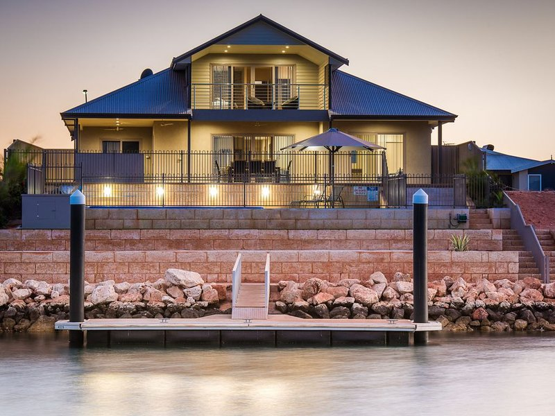 Luxurious Marina Home with a Private Jetty and Pool, holiday rental in Exmouth