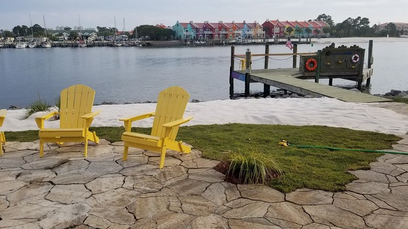 Halloween at the beach. Book now....Private dock ! Only steps to the WATER., holiday rental in Pensacola