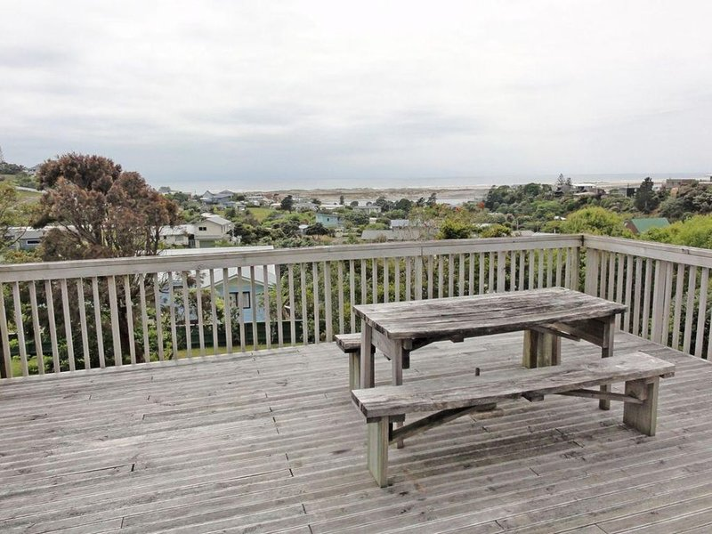 Kauri Tree - Large, old school kiwi bach with stunning views from the expansive, vacation rental in Mangawhai Heads