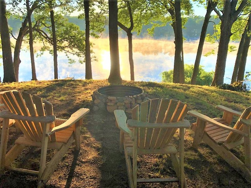 Lakefront 1935 Cozy Cabin Stunning Views Near Muskegon Michigan's Adventure, holiday rental in Muskegon County