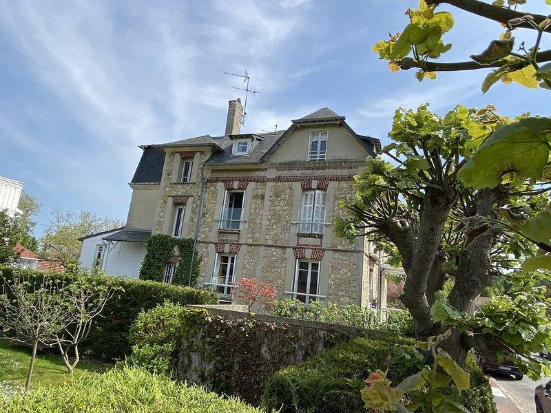 calme, centrale, salle de jeux et jardinet – semesterbostad i Deauville City