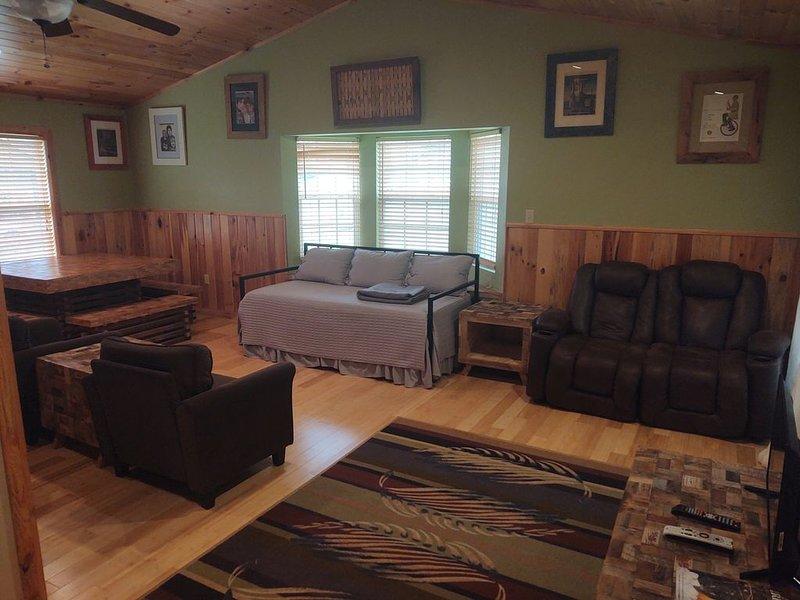 Large Apartment on Deep Creek, Close To Bryson, The Train, And National Park, alquiler de vacaciones en Bryson City