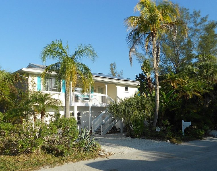 NO REGRETS! Bright elevated beautiful sunny home.  Quick walk to beach and bay., holiday rental in Longboat Key