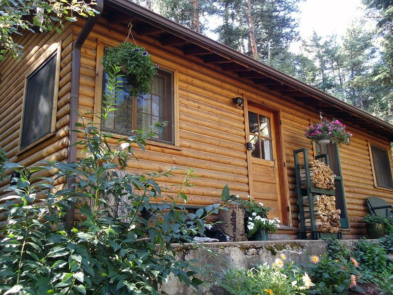 Canyon escape - cabin studio along Boulder Creek with complete kitchen #2, holiday rental in Boulder