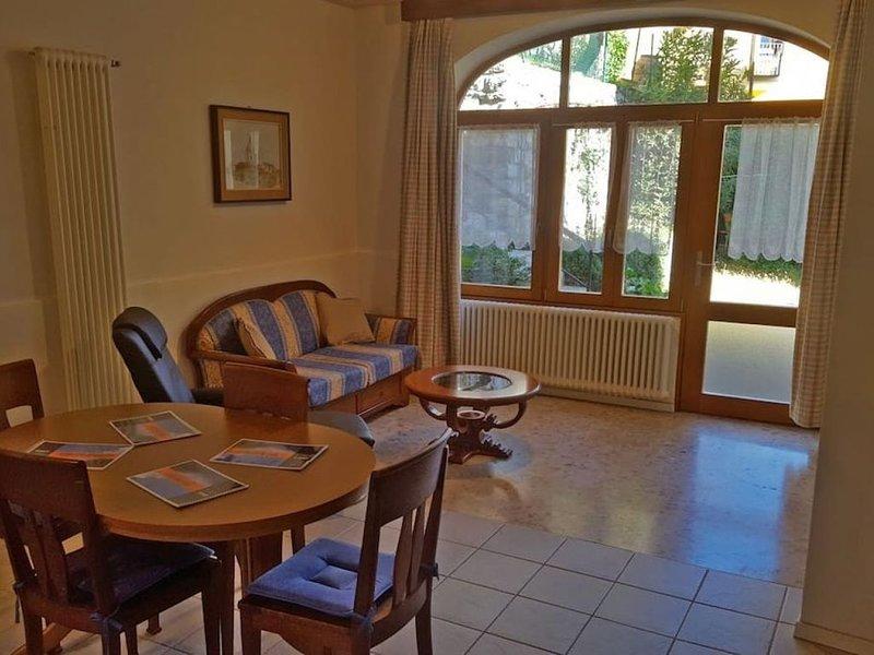 Delizioso Trilocale in località pittoresca con giardinetto privato - ROSE, holiday rental in Barni