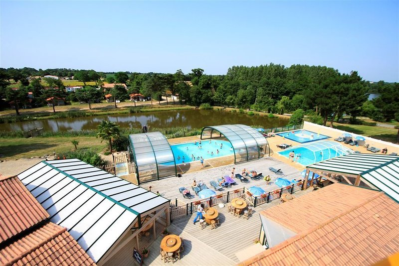 Luxe Sanitary Xl 6 Pers. Villatent at flowery 4-star camping La Bretonnière, holiday rental in Vaire