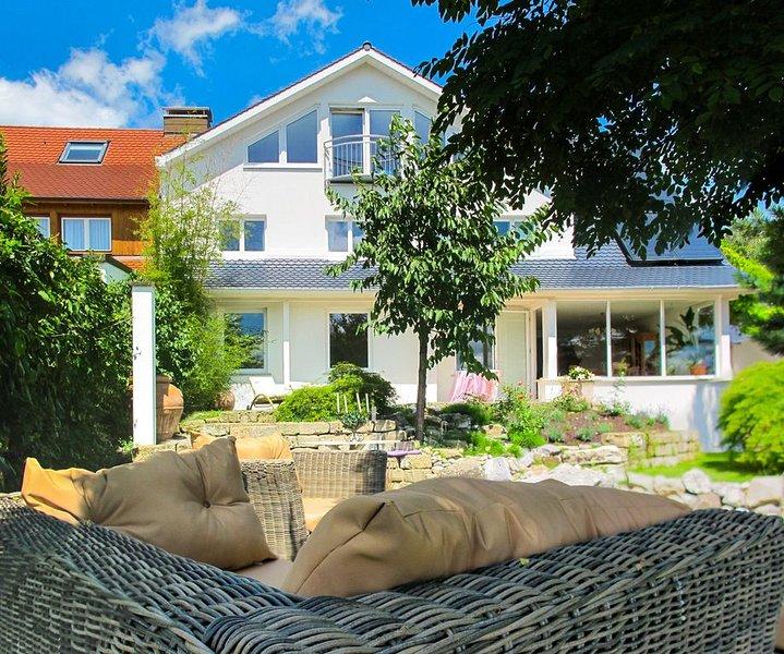 Luxuriöse Ferienwohnung im Haus See- und Säntisblick DG mit WLAN, See- und Bergb, location de vacances à Friedrichshafen