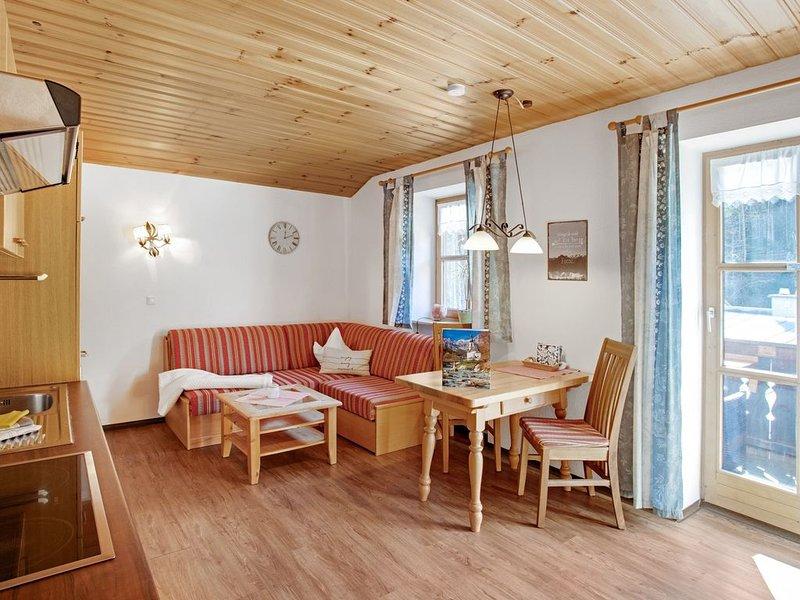 Ferienwohnung Enzian mit Balkon, Bergblick und WLAN; Parkplatz vorhanden, holiday rental in Bayerisch Gmain