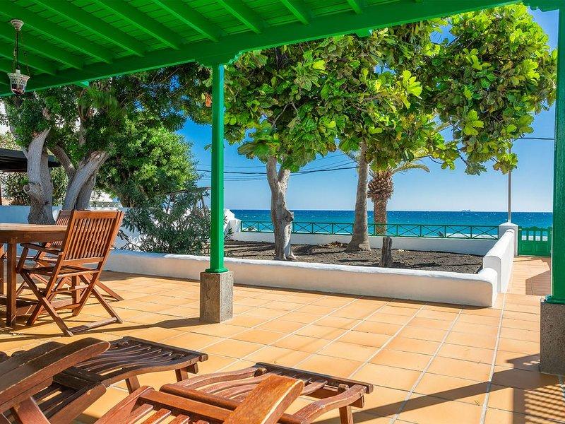Wunderschönes Haus direkt am Strand mit großer Terrasse, Garten, Meerblick & WLA, alquiler vacacional en Playa Honda