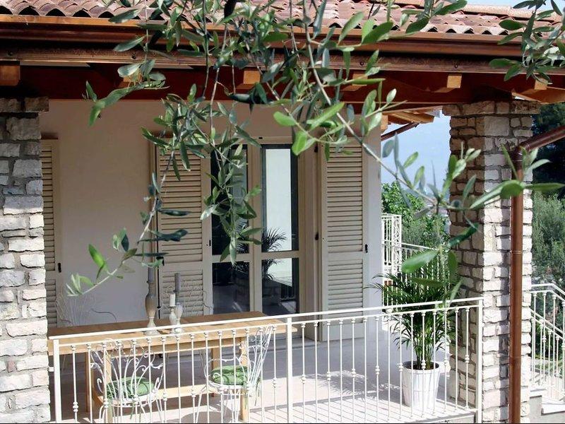 Modern und Elegant mit Seeblick - Villa degli Ulivi, holiday rental in Toscolano-Maderno
