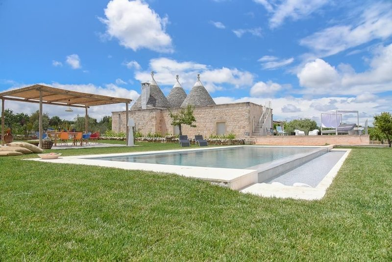 Fantastic Trulli Home with Wi-Fi, Air Conditioning, Infinity Pool and Garden; Pa, holiday rental in Cisternino