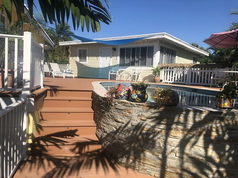 Creekside Cottage Private Heated Pool and Boat Lift, Dogs Welcome, alquiler de vacaciones en Fort Myers